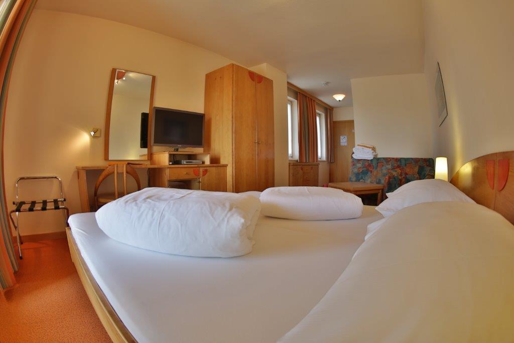 hotel marko velden 3 bett zimmer marko velden. Black Bedroom Furniture Sets. Home Design Ideas